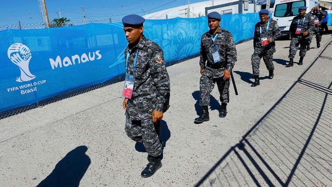 Cảnh sát Brazil tuần tra tại sân vận động thành phố Manaus. Ảnh: Reuters