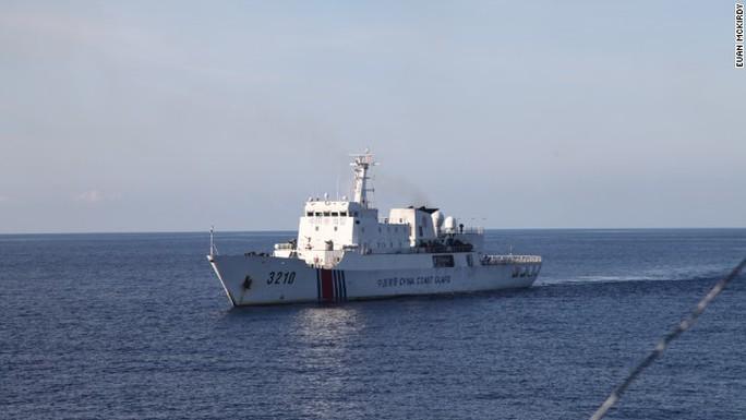 Tàu cảnh sát biển Trung Quốc nhìn từ tàu 8003.