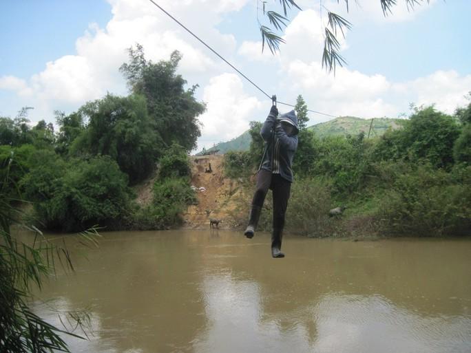 Hàng ngàn người dân xã Ea Huar, huyện Buôn Đôn, tỉnh Đắk Lắk, hằng ngày phải qua sông bằng tay với dây cáp. Ảnh: CAO NGUYÊN