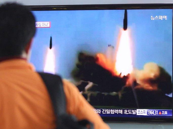 Một người đàn ông xem vụ thử tên lửa hôm 26-3 cùa Bình Nhưỡng qua truyền hình tại nhà ga Seoul. Ảnh: AP
