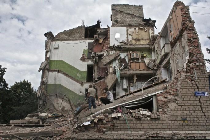 Một ngôi nhà ở miền Đông Ukraine tan hoang sau trận pháo kích. Ảnh: Vice News