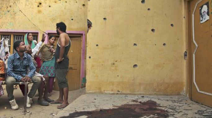 Một ngôi làng Ấn Độ bị trúng đạn súng cối từ quân đội Pakistan, vết máu còn vương trên nền nhà. Ảnh: AP