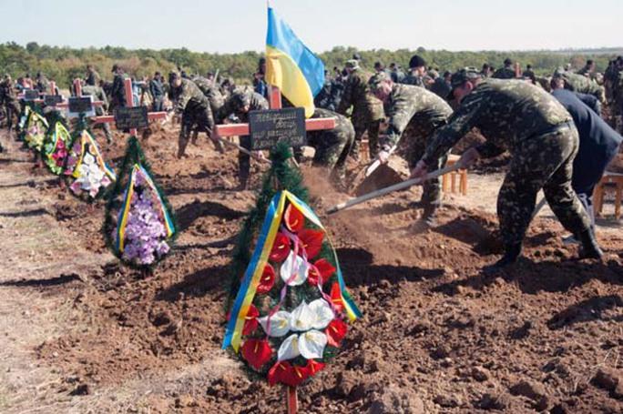 55 binh sĩ Ukraine không rõ danh tính lần đầu tiên được chôn cất sau khi thiệt mạng ở Zaporizhia, Đông Ukraine. Ảnh: Kyiv Post