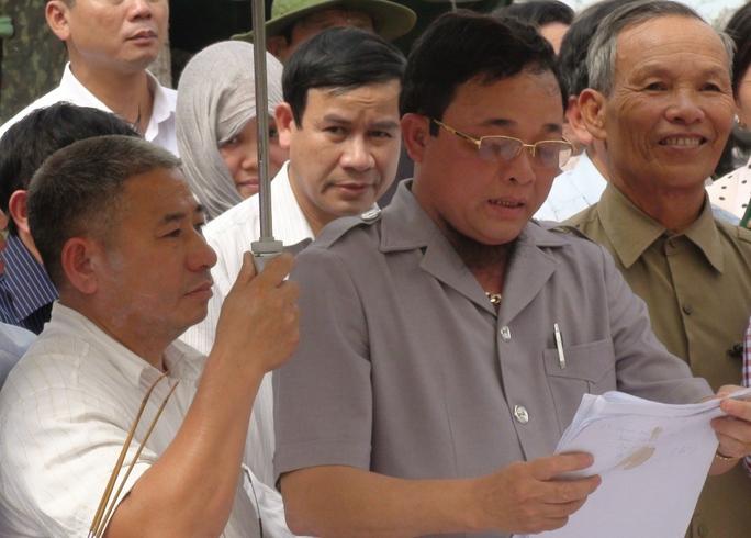 """""""Cậu Thủy"""" (giữa) trong lần tìm kiếm 73 bộ hài cốt ở tỉnh Đắk Lắk"""