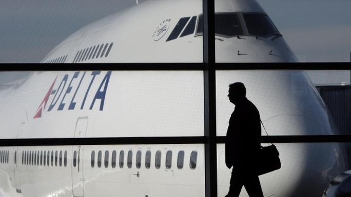 Hãng hàng không Delta Airlines (Mỹ) chấp hành lệnh cấm của FAA đầu tiên. Ảnh: CBC News