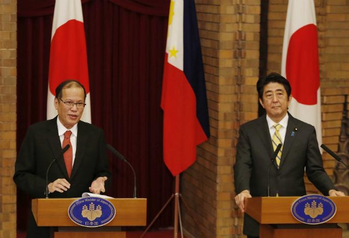 Tổng thống Philippines Benigno Aquino III (trái) và Thủ tướng Nhật Bản Shinzo Abe (phải) trong cuộc họp tại Tokyo hôm 24-6. Ảnh: AP