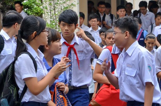 Thí sinh dự thi vào Trường THPT chuyên Lê Hồng Phong TP HCM sáng ngày 21-6. Ảnh: Tấn Thạnh/NLĐO
