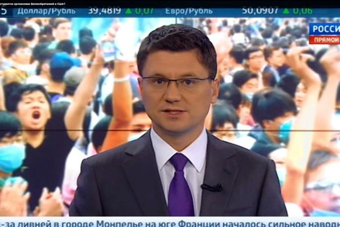 Bản tin trên kênh Rossiya 24 cáo buộc các lãnh đạo biểu tình ở Hồng Kông được đào tạo đặc biệt từ cơ quan tình báo Mỹ. Ảnh: Wall Street Journal