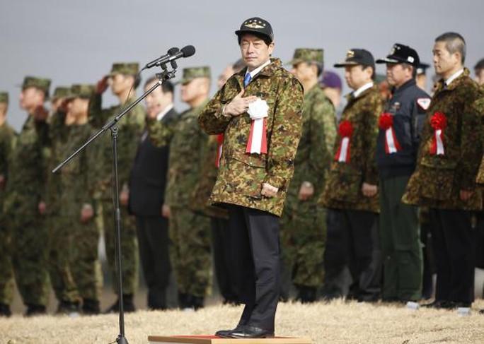Bộ trưởng Quốc phòng Nhật Bản Itsunori Onodera trong một cuộc diễn tập của quân đội Nhật Bản. Ảnh: Reuters