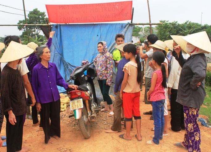 Người dân xã Yên Tâm, huyện Yên Định dựng lều bạt bao vây trại heo gây ô nhiễm