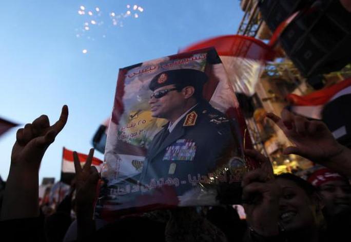 Người dân Ai Cập tụ tập tại quảng trường Tahrir để ăn mừng chiến thắng của cựu tư lệnh quân đội  Abdel Fattah al-Sisi trong cuộc bầu cử tổng thống ở Cairo, ngày 3-6-2014. Ảnh: Reuters