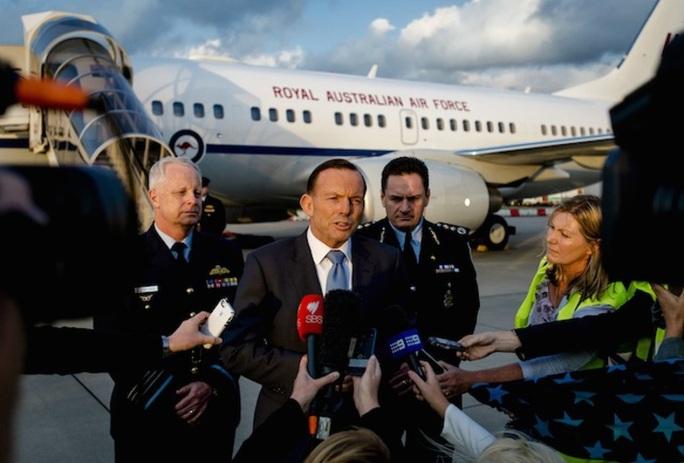 Thủ tướng Úc Tony Abbott (thứ 2 từ trái qua) phát biểu tại sân bay Rotterdam - Hà Lan. Ảnh: EPA