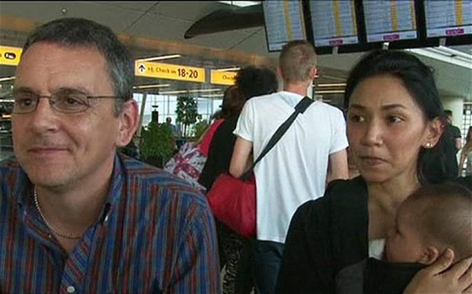 Cặp vợ chồng Barry Sim và Sim Izzy (ở Scotland – Anh) cùng người con đã may mắn thoát chết. Ảnh: BBC