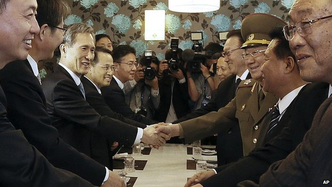 North Koreas delegation shakes hands with their South Korean counterparts after a meeting in Incheon, South Korea - 4 October 2014