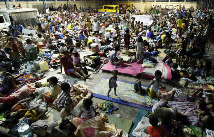 Filipino residents take shelter inside a gymnasium turned into a temporary evacuation center in Mambaling village, Cebu province, central Philippines, 05 December 2014