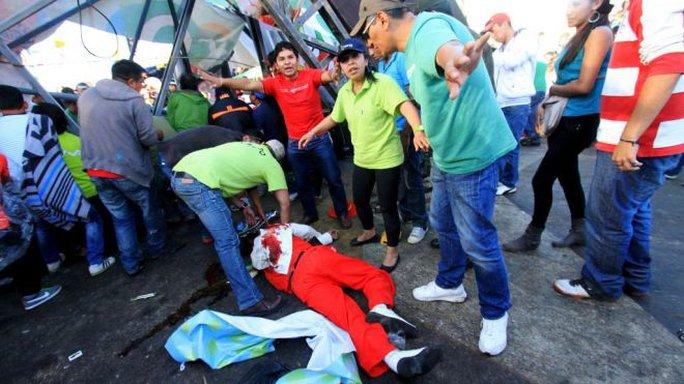 Một nhạc sĩ bị thương trong vụ sập cầu. Ảnh: AP
