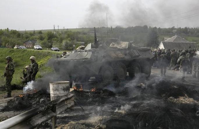 Quân đội và xe bọc thép Nga hiện diện tại miền Đông Ukraine hôm 2-5. Ảnh: Reuters