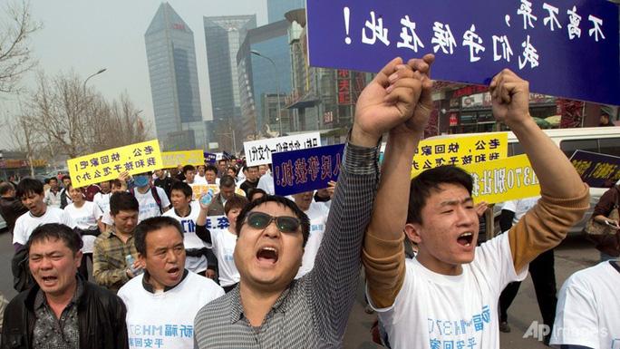 Người thân gia đình các hành khách Trung Quốc biểu tình phản đối chính phủ Malaysia ở thủ đô Bắc Kinh. Ảnh: AP