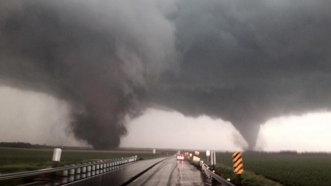 Cơn lốc xoáy kép ở bangNebraska hôm 16-6. Ảnh: Twitter