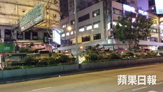 Xe bọc thép PLA di chuển trên đường Jordan, bán đảo Cửu Long hôm 28-8. Ảnh: Apple Daily
