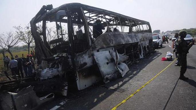 Xe buýt bị cháy rụi khó xác định danh tính nạn nhân. Ảnh: Reuters