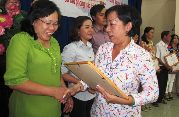 Bà Võ Thị Minh Phượng, Phó Chủ tịch LĐLĐ quận 10, trao giấy khen cho tập thể xuất sắc