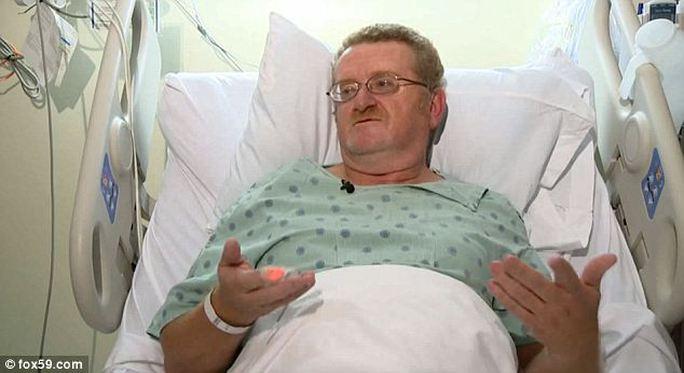 Ông Tim Rutledge bị đóng băng suốt 8 tiếng dưới gầm xe tải. Ảnh: Fox59