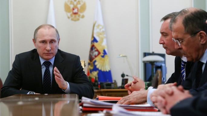Tổng thống Putin họp cùng các bộ trưởng chính phủ bàn về việc cung cấp khí đốt cho Ukraine hôm 9-4. Ảnh: AP