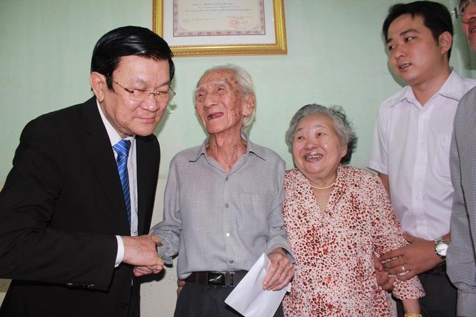 Chủ tịch nước Trương Tấn Sang chúc Tết soạn giả Viễn Châu và Trà Giang