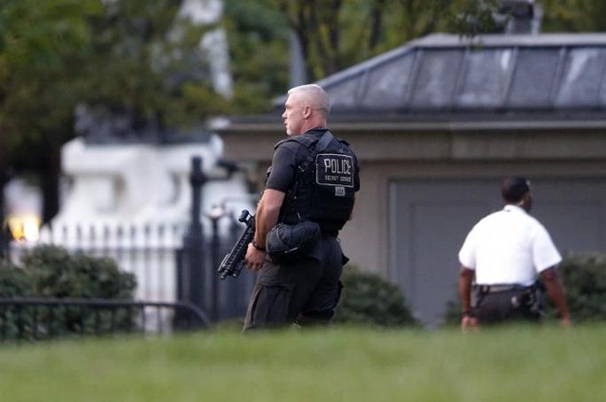 Mật vụ Mỹ bảo vệ khu vực Nhà Trắng. Ảnh: AP