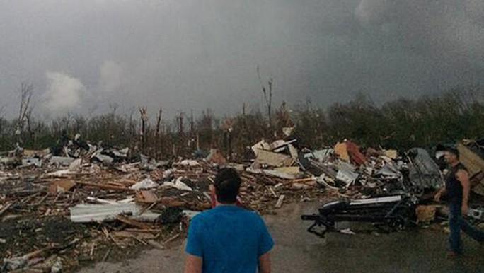 Một con đường ở thành phố Mayflower, bang Arkansas - Mỹ bị lốc xoáy tàn phá nặng nề. Ảnh: AP