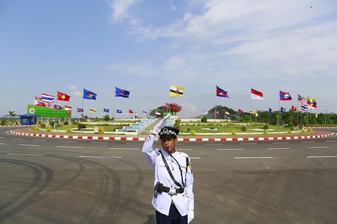 Cảnh sát bảo vệ tại khu vực diễn ra Hội nghị bộ trưởng ngoại giao ASEAN tại Naypyitaw (Myanamar). Ảnh: Reuters