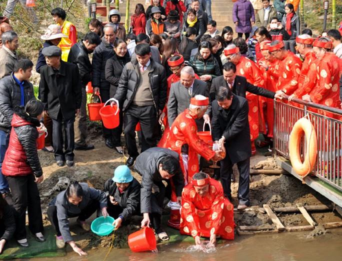 Các đồng chí lãnh đạo và các phụ lão thả cá theo phong tục.