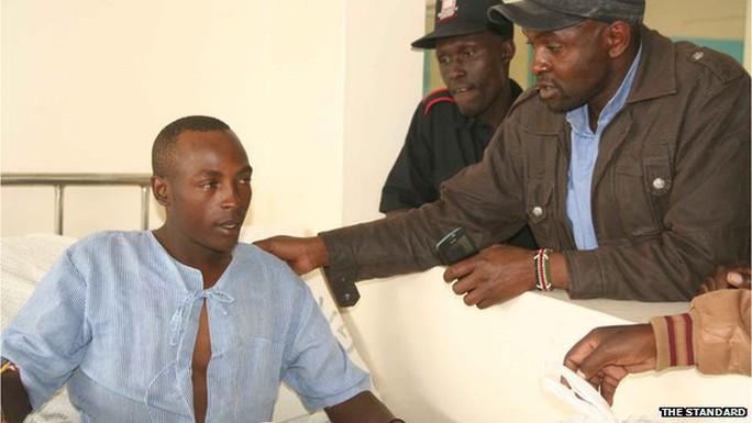Người thân thăm anh Paul Mutora sau khi anh được cứu thoát khỏi nhà xác. Ảnh: The Standard