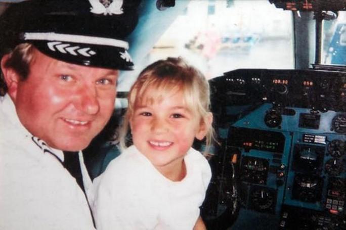 Cô bé Caroline  và cha, Đại úy John Ogonowski khi còn sống. Ảnh: Mirror