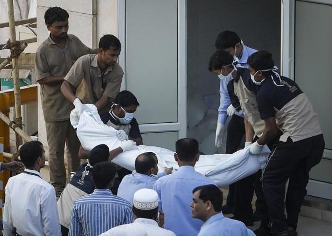 Thi thể một nạn nhân được mang ra ngoài sau vụ dẫm đạp. Ảnh: Reuters