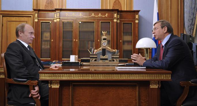 Ông Putin (trái) và tỉ phú Vladimir Yevtushenkov trong một cuộc gặp ở Moscow năm 2009. Ảnh: AP