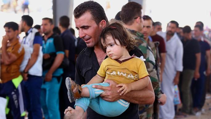 Cư dân Mosul tìm nơi trú ẩn sau khi ISIL chiếm quyền kiểm soát thành phố. Ảnh: AP