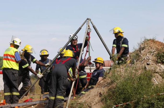 Lực lượng cứu hộ đang làm việc để đưa các nạn nhân bị mắc kẹt lên khỏi mặt đất. Ảnh: Reuters