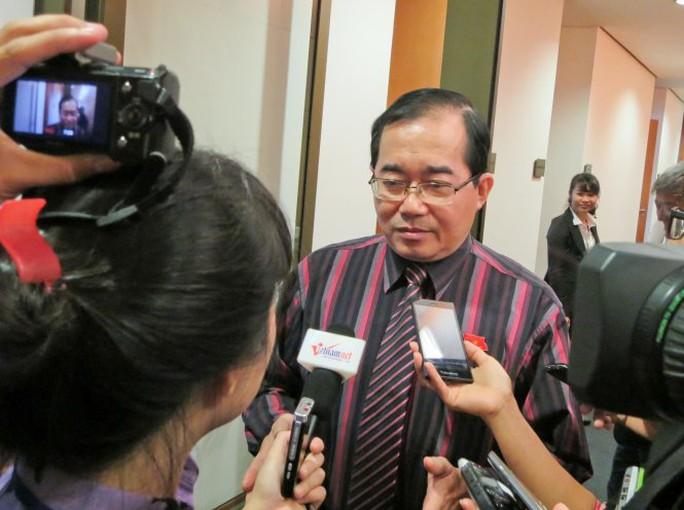 Ông Hoàng Hữu Phước trả lời báo chí tại hành lang quốc hội sáng 4-11 - Ảnh: Lê Kiên