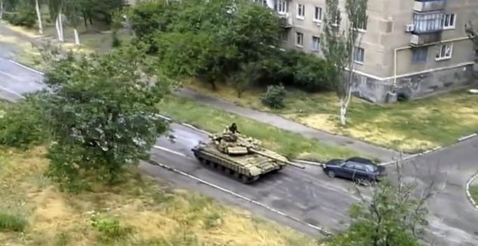 3 xe tăng T-72 của Nga tiến vào Đông Ukraine hôm 11-6, Bộ trưởng Nội vụ Ukraine thông báo. Ảnh: Daily Mail