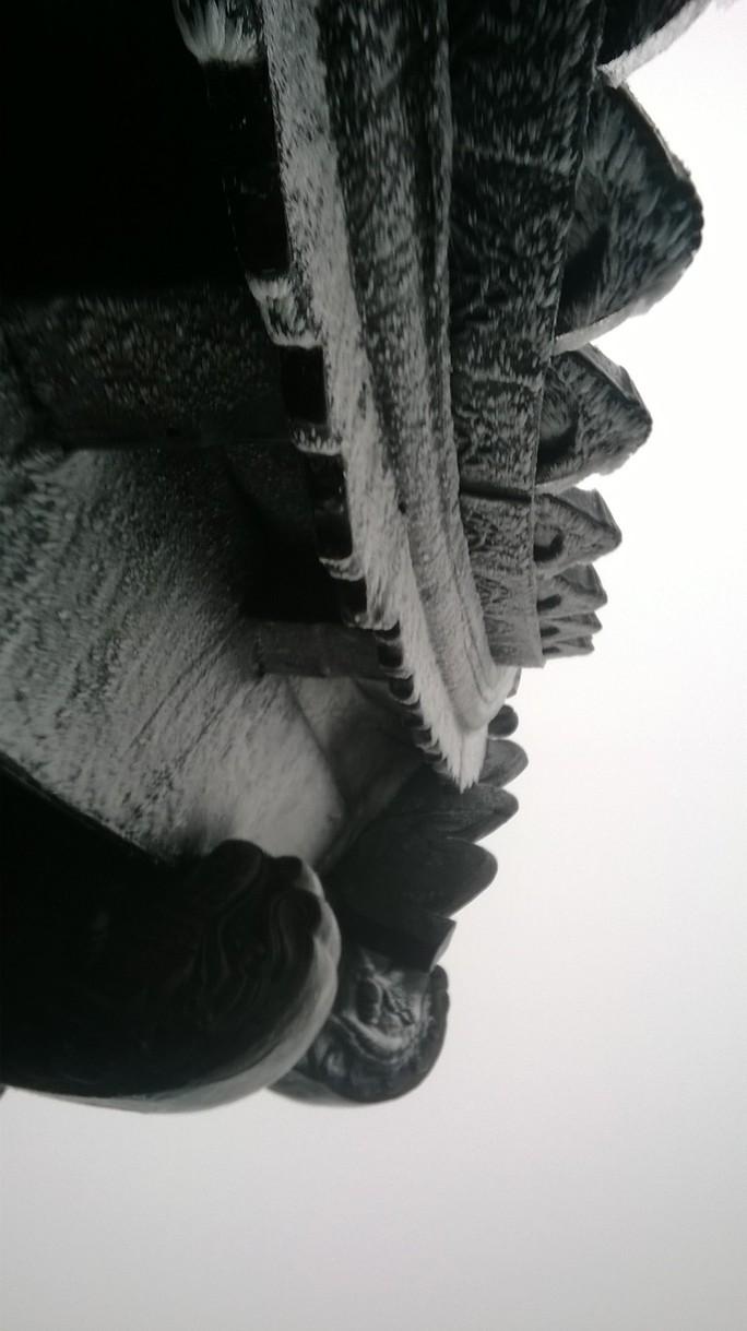 Băng tuyết phủ trắng mái chùa Đồng.