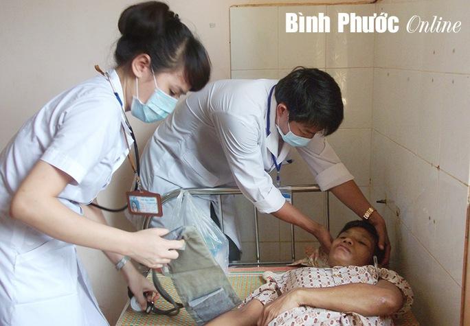 Sau khi may vết thương trên môi, bác sĩ kiểm tra phát hiện trên lưng bà Hà có nhiều vết bị đánh đã lâu