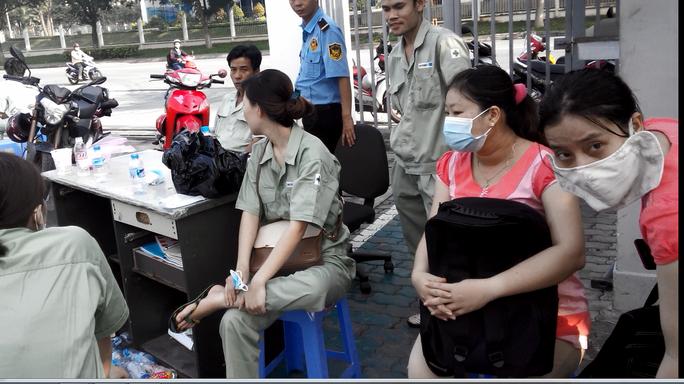 Sáng 19-9, công nhân công ty Sakata buồn bã vì nhà máy ra tro