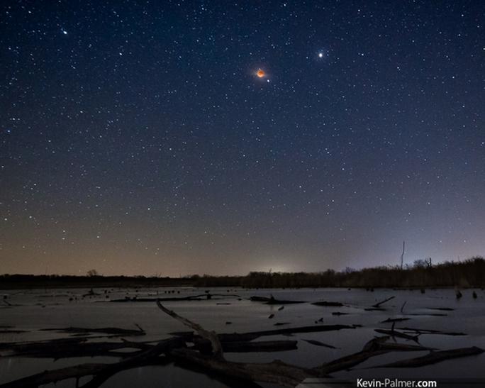 Trăng máu như quả cầu lửa đỏ rực trên bầu trời đầy sao ở Illinois (Mỹ) do nhiếp ảnh gia Kevin Palmer chụp. Ảnh: Space.com