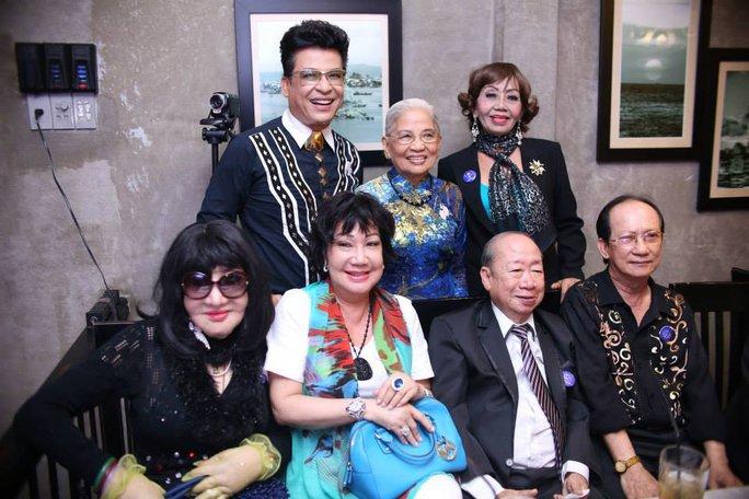 Thân Mẫu Thanh Bạch từ Vĩnh Long lên tham dự tiệc sinh nhật. Ngoài ra còn có sự hiện diện của: Thẩm thuý Hằng, nghệ sĩ Mỹ Chi, Thầy Bảo Thu