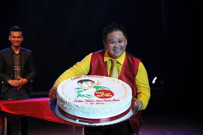 Minh Béo hớn hở khoe bánh sinh nhật