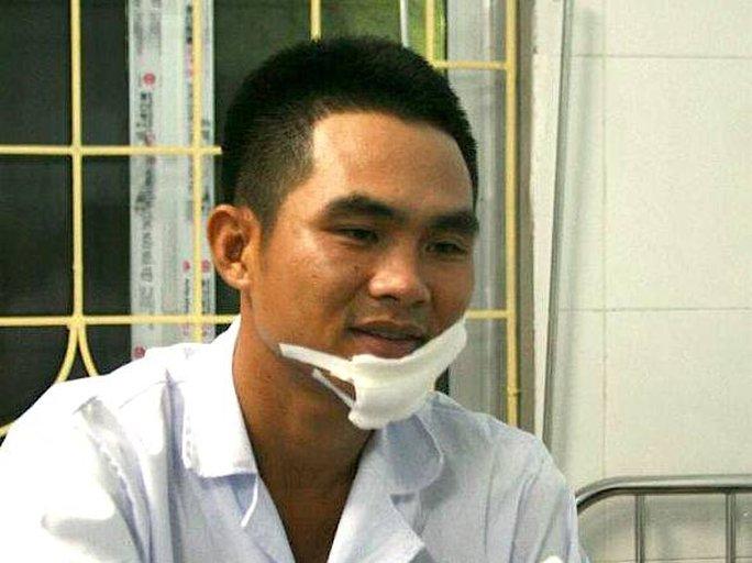 Thiếu úy Võ Minh Hiếu sau khi bị đâm