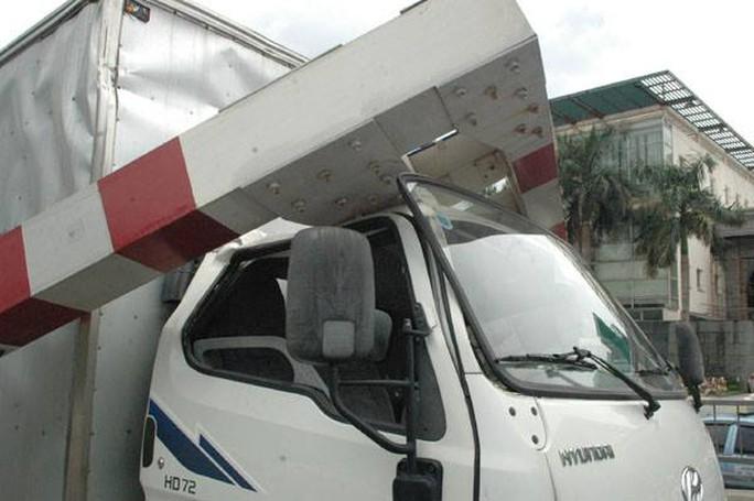 Tài xế không bị thương song đã làm 2 người đi đường nhập viện