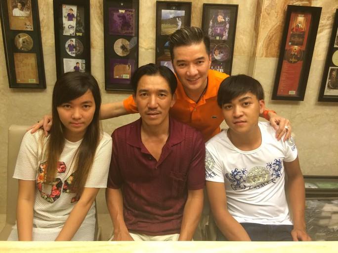 Đàm Vĩnh Hưng chụp ảnh cùng anh Hòa và hai con của anh Hòa